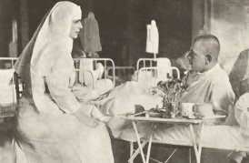 Regina-Maria-vizita-într-un-spital-de-campanie-1917